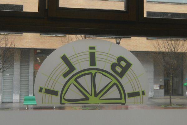 Ventanal con logo de Ibili